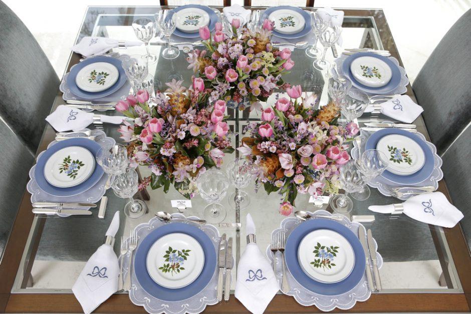 mesa com tons azul, branco e rosa