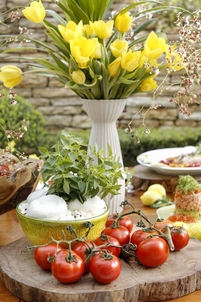 mesa de buffet com flores e madeira
