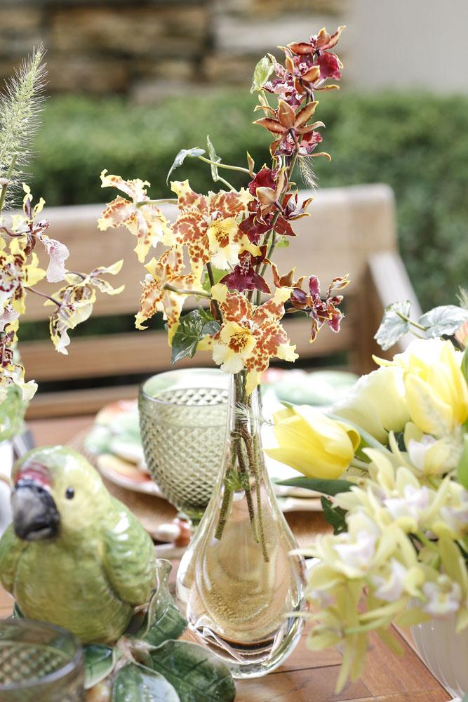 Vasos Cá D'oRO em mesa com louças Vestindo a Mesa para um leve almoço no jardim!