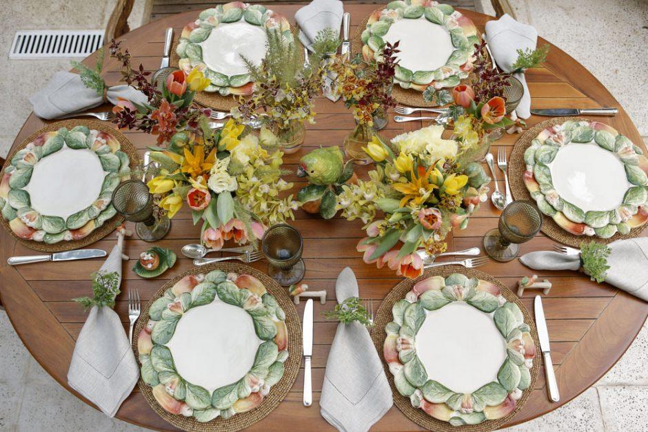 mesa de almoço no jardim decorada