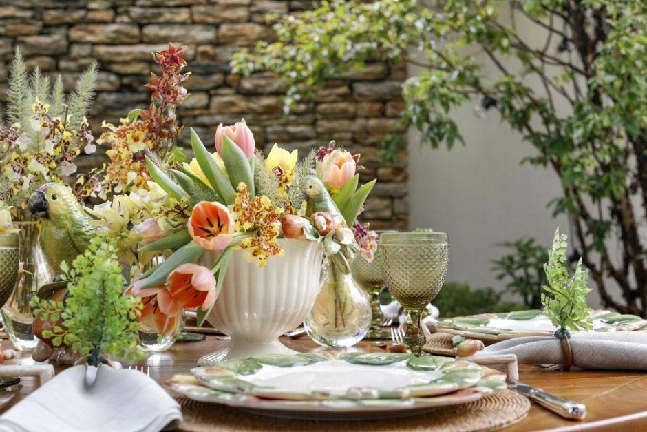 mesa no jardim amarelo e verde