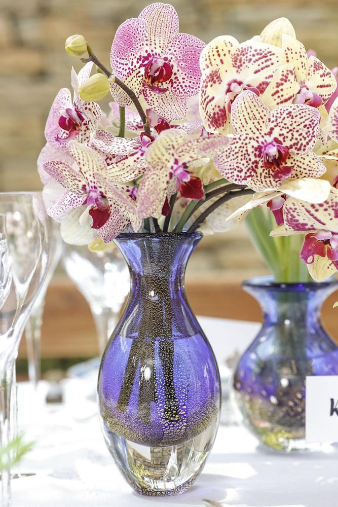 detalhes flores e vasos de cristal