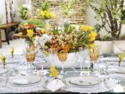 Mesa para almoço e=nos tons branco e amarelo com louça Matisse Casa