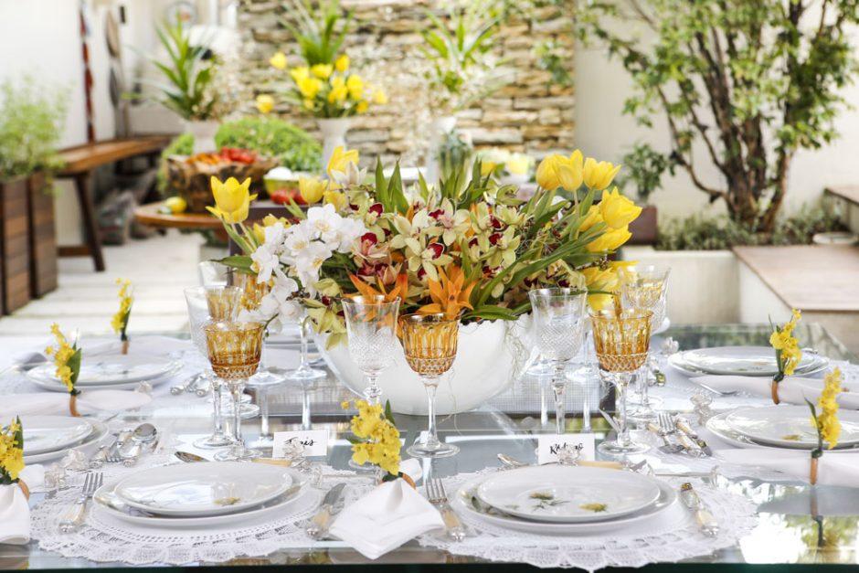 Mesa para almoço e nos tons branco e amarelo com louça Matisse Casa