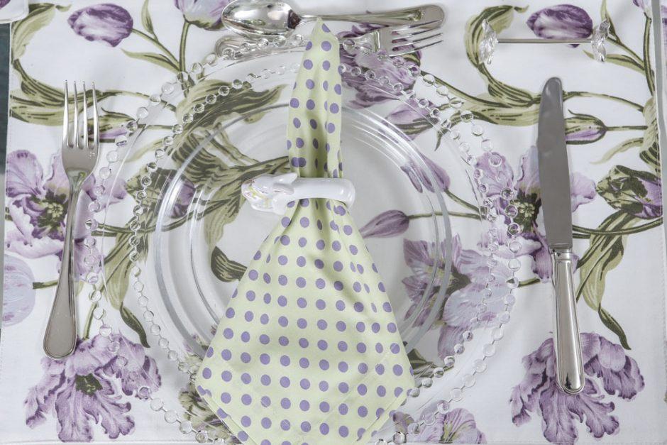 mesa com detalhes em lilás