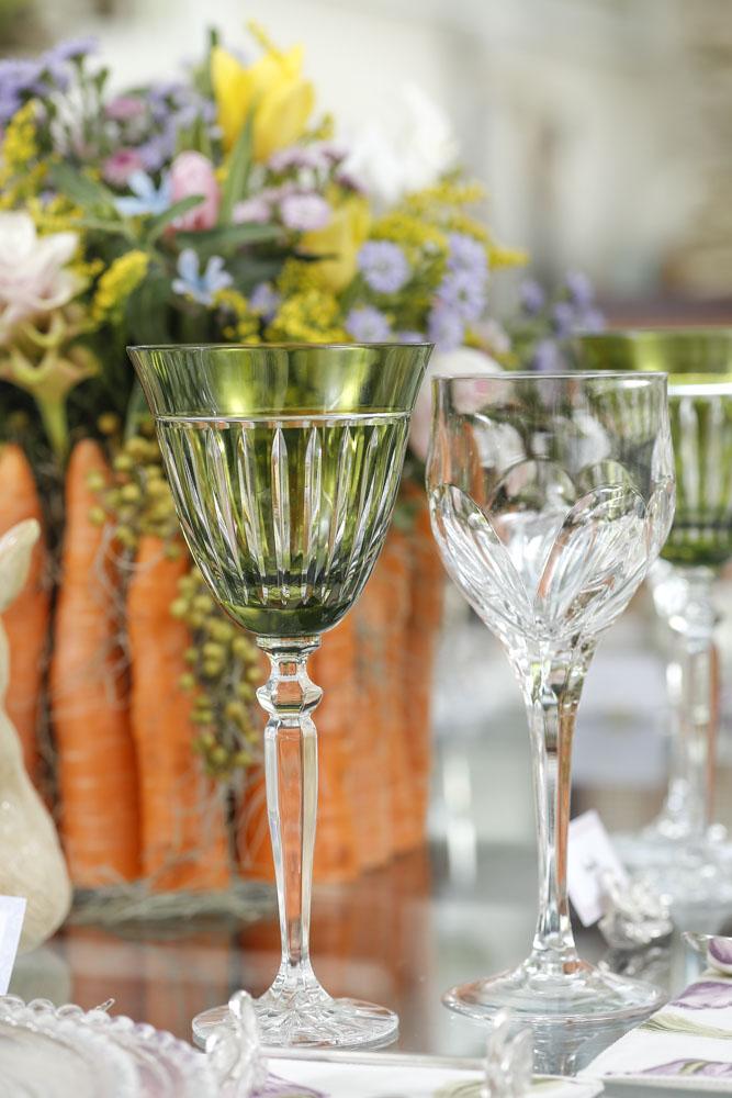 taça de cristal verde em mesa posta