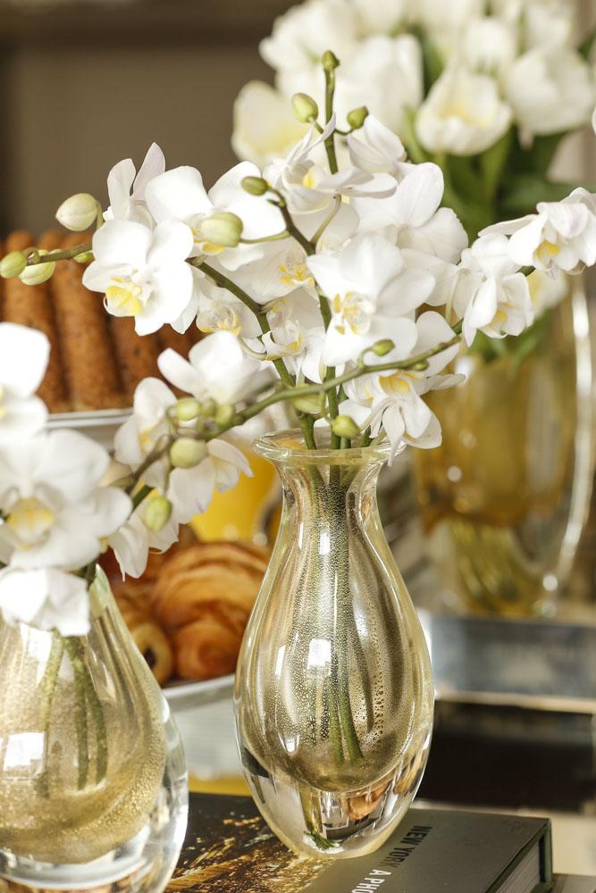 flores brancas em vasos de cristal