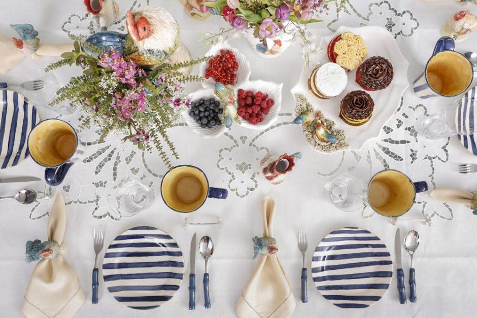 decoracao com pratos e canecas listradas em azul e branco