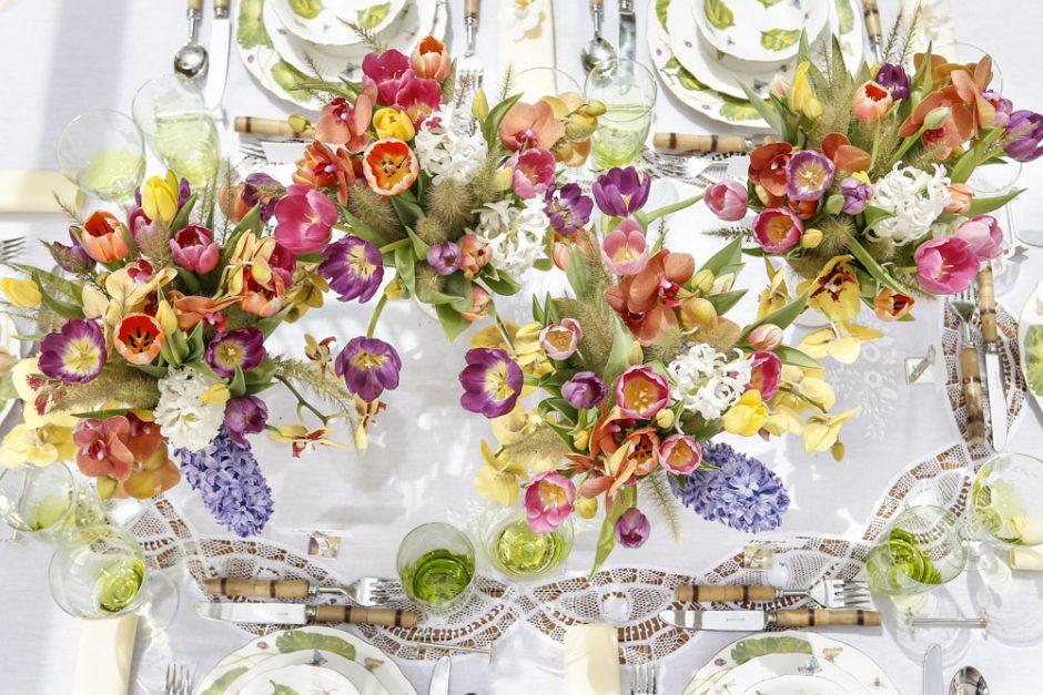 mesa colorida para almoco no jardim