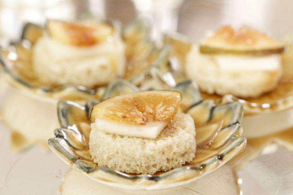 mini bruschettas de figo laminado com queijo feta e mel