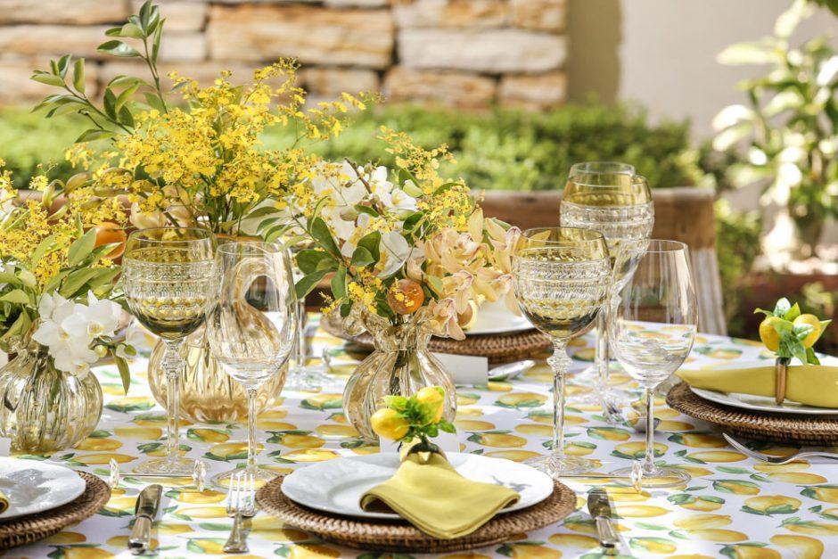 mesa em tons de amarelo e verde