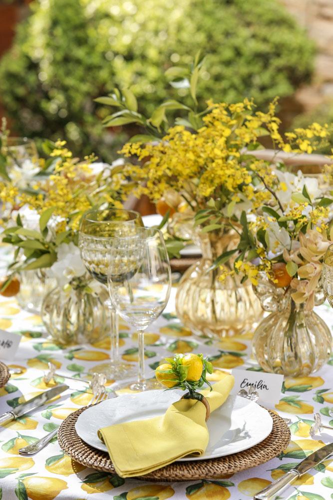 decor de mesa em tons de amarelo e verde