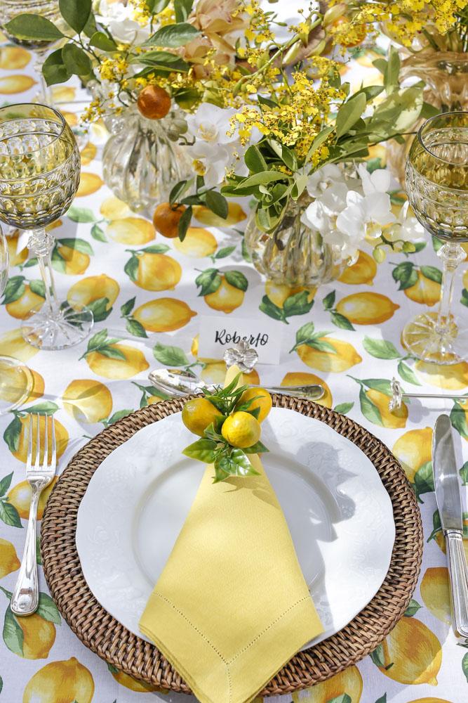 decoracao de mesa em tons de branco, verde e amarelo