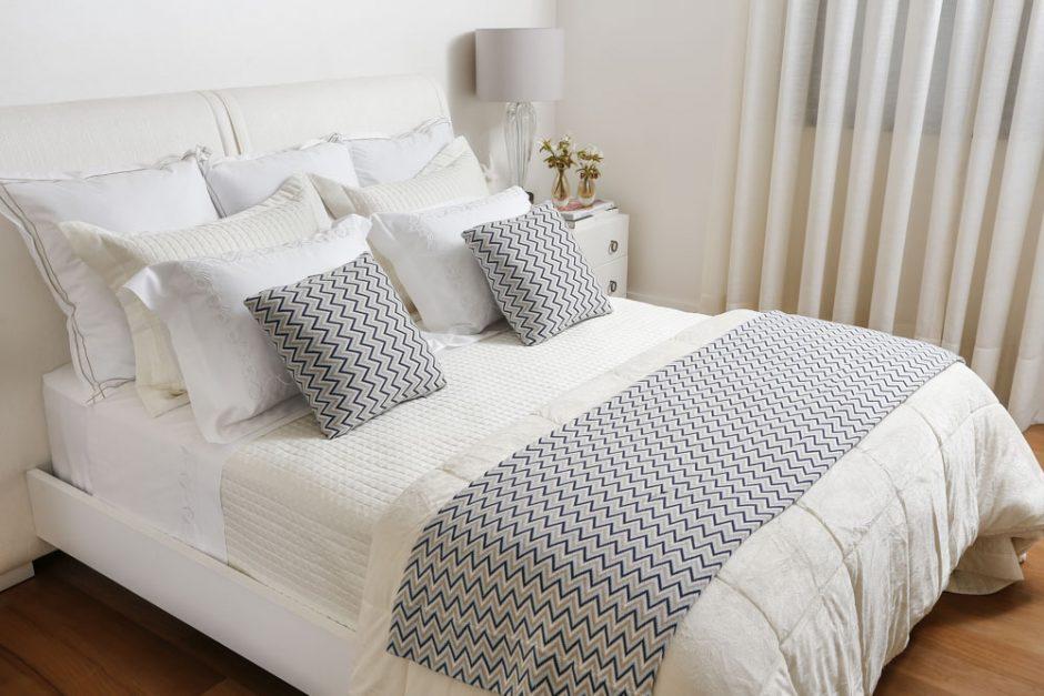 cama com detalhes azuis