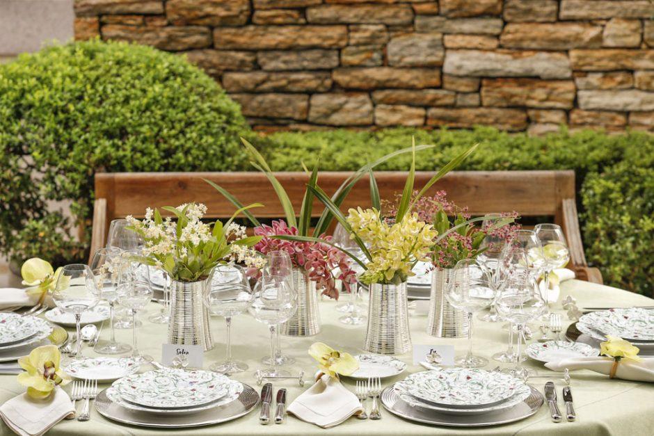 mesa com flores amarelas no jardim