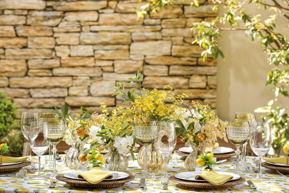 mesa com toalha estampada de limao siciliano