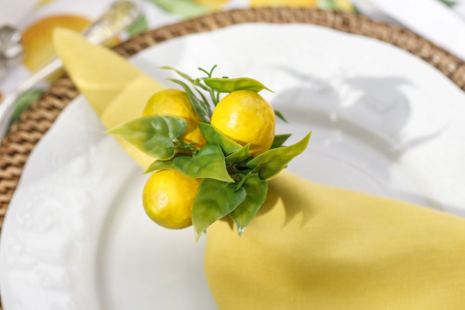 guardanapos amarelos em linho e porta-guardanapos de limao-siciliano