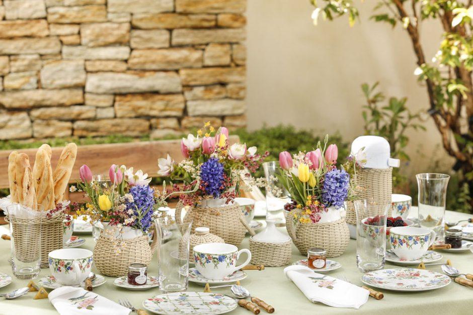 mesa de café da manhã no jardim