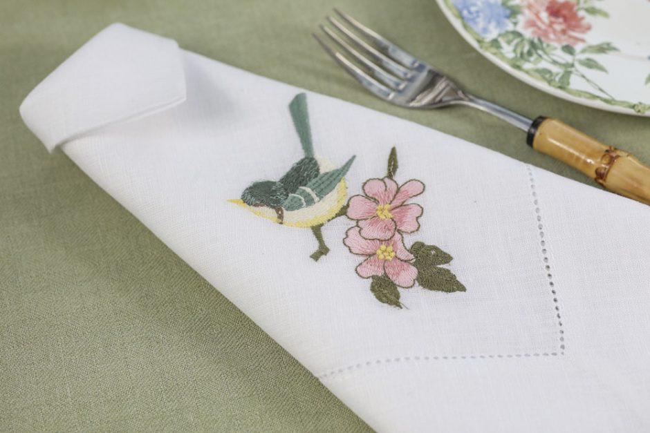 Guardanapos com desenhos de beija-flor