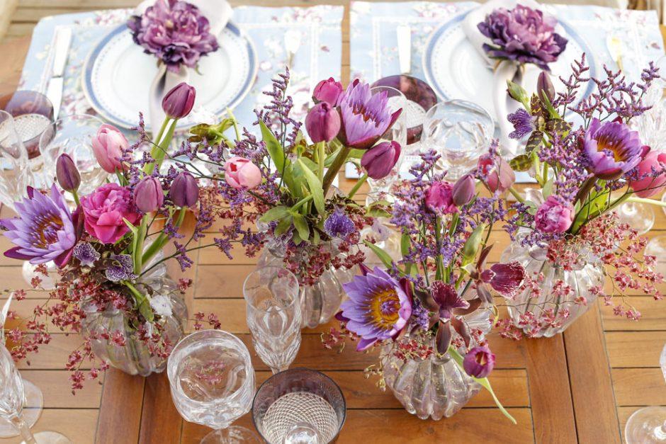 flores ao centro da mesa