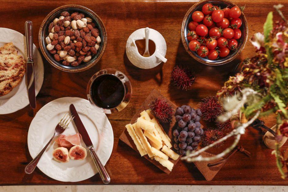 mesa de queijos e vinhos