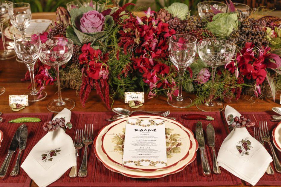 mesa em tons de vermelho para receber amigos