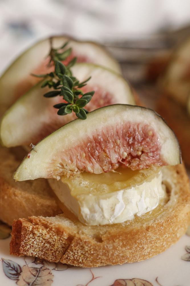 bruschetta brie com mel e figo por Bruna Leite