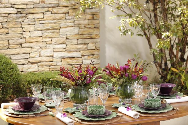 decor mesa em tons de verde e roxo