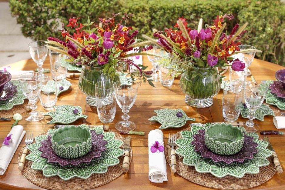 almoço no jardim em tons de verde e roxo