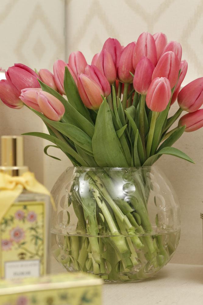 tulipas em bowl de cristal