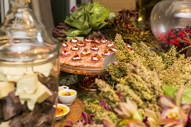 flores e plantas na mesa
