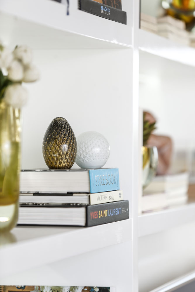 estante com decoração e cristais