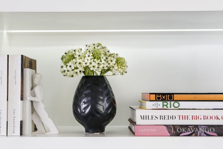 decoracao de estante com vasos e flores