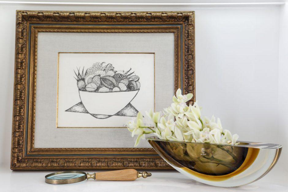 vasos e flores em estante