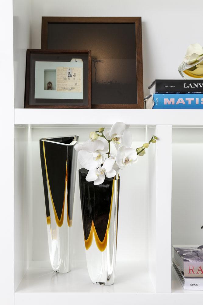 vasos pretos ca dóro decoracao de estante