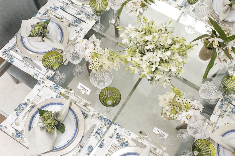 mesa em tons de branco, azul e verde
