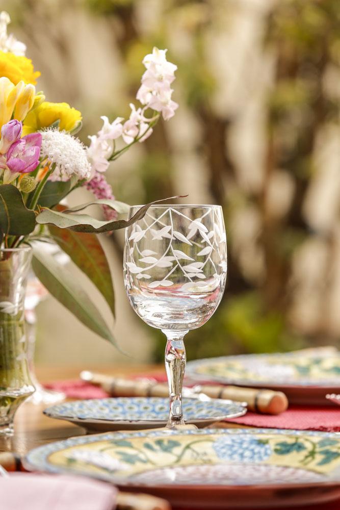 taças em cristal com a lapidação de folhagem