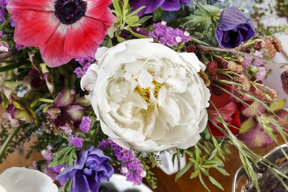 arranjo grande com flores coloridas