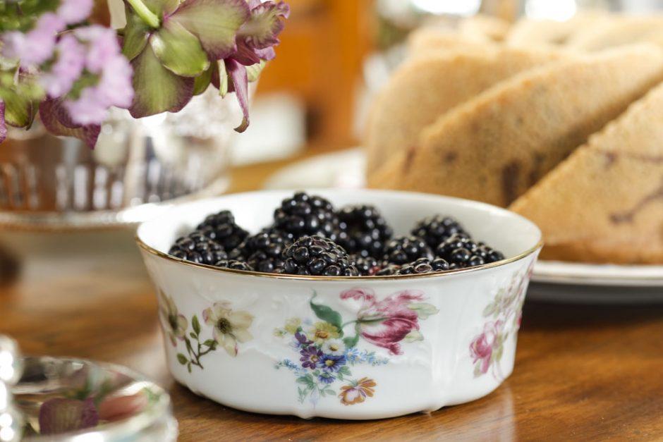amoras em bowl de porcelana floral