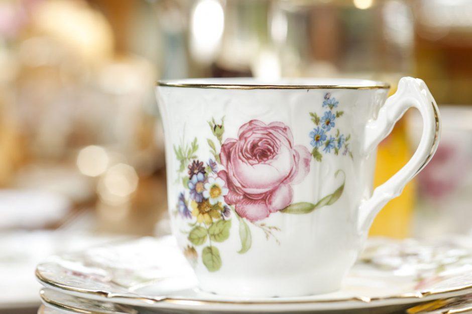 xícara de porcelana com pintura de flor