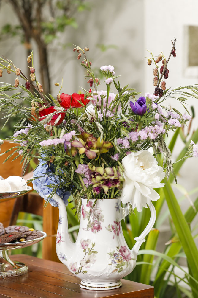 arranjo floral em bule de porcelana tania bulhoes