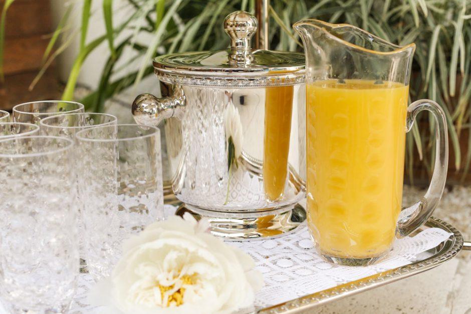 suco de laranja na jarra de vidro