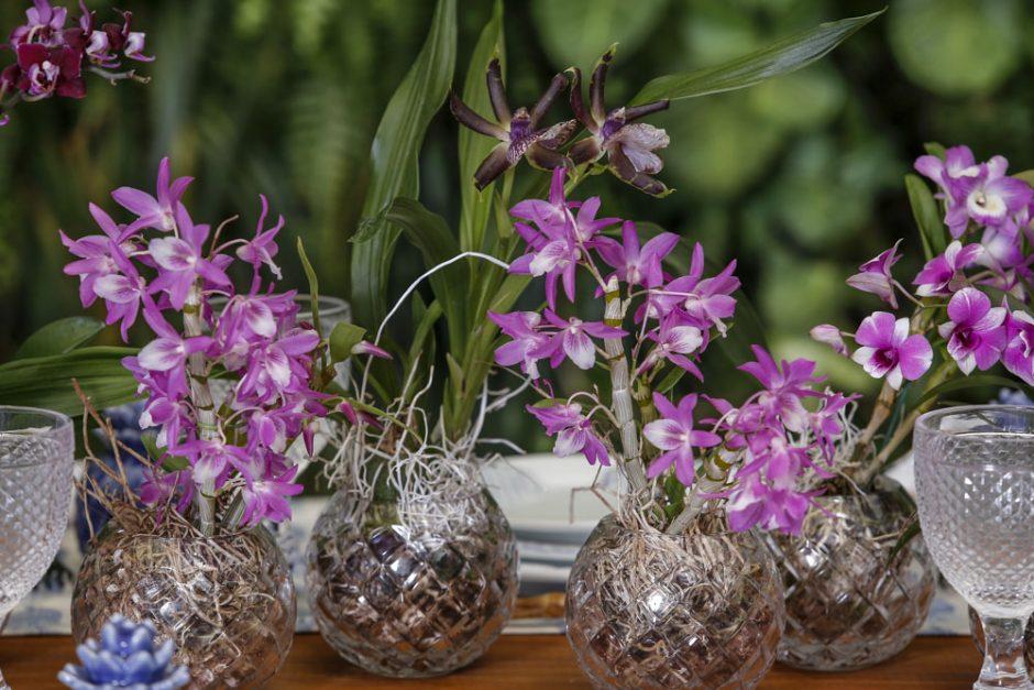 mesa decorada com orquídeas em roxo e lilás