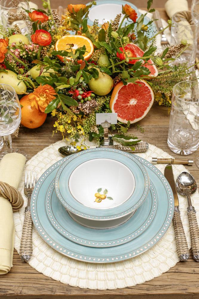 mesa posta com flores e frutas