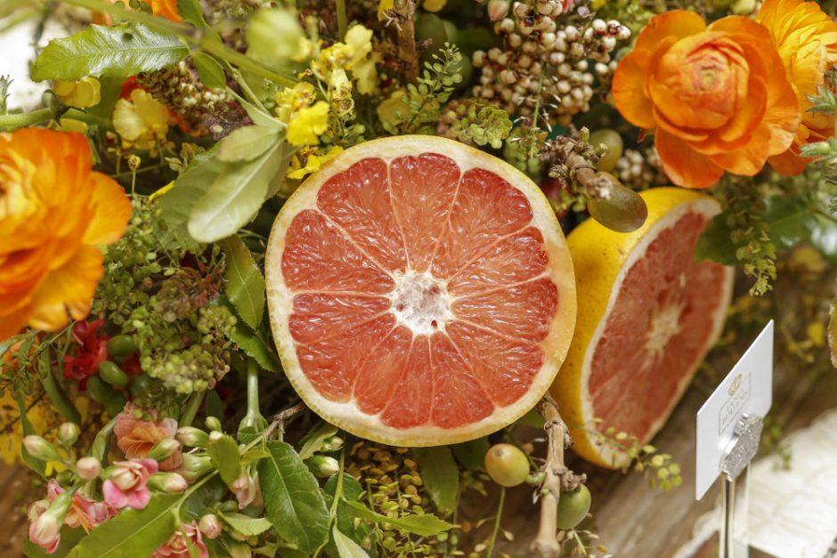 arranjo com frutas e flores