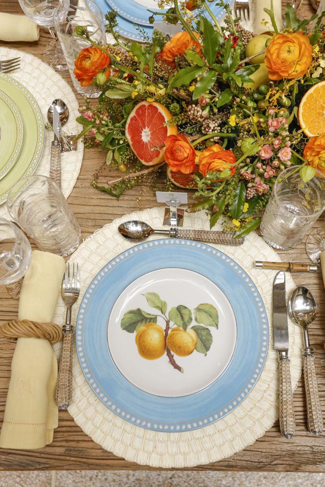 mesa posta com cores