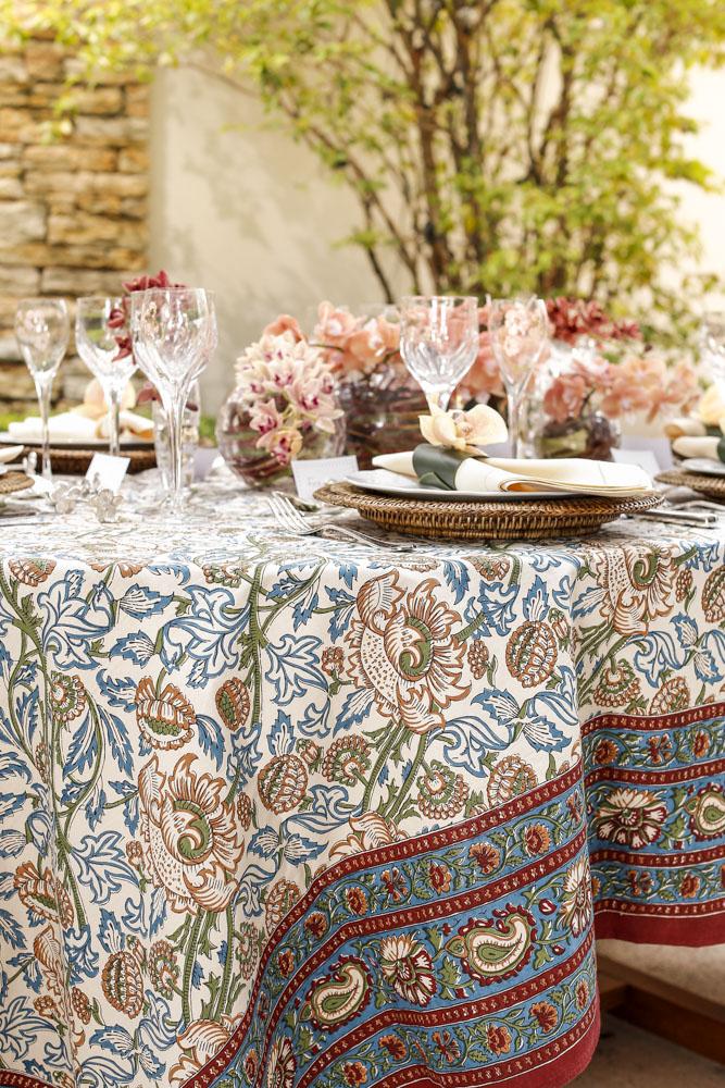 mesa posta com toalha estampada
