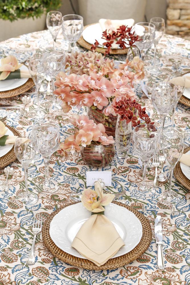 mesa posta com toalha vestindo a mesa