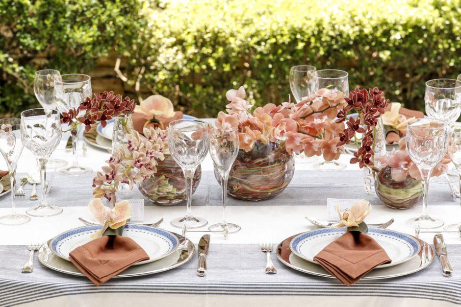 mesa posta no jardim com tons de azul e pessego