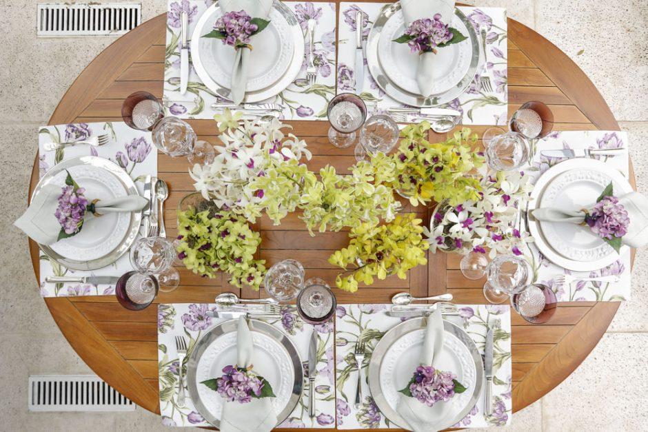 mesa posta com cores vinho lilás e amarelo